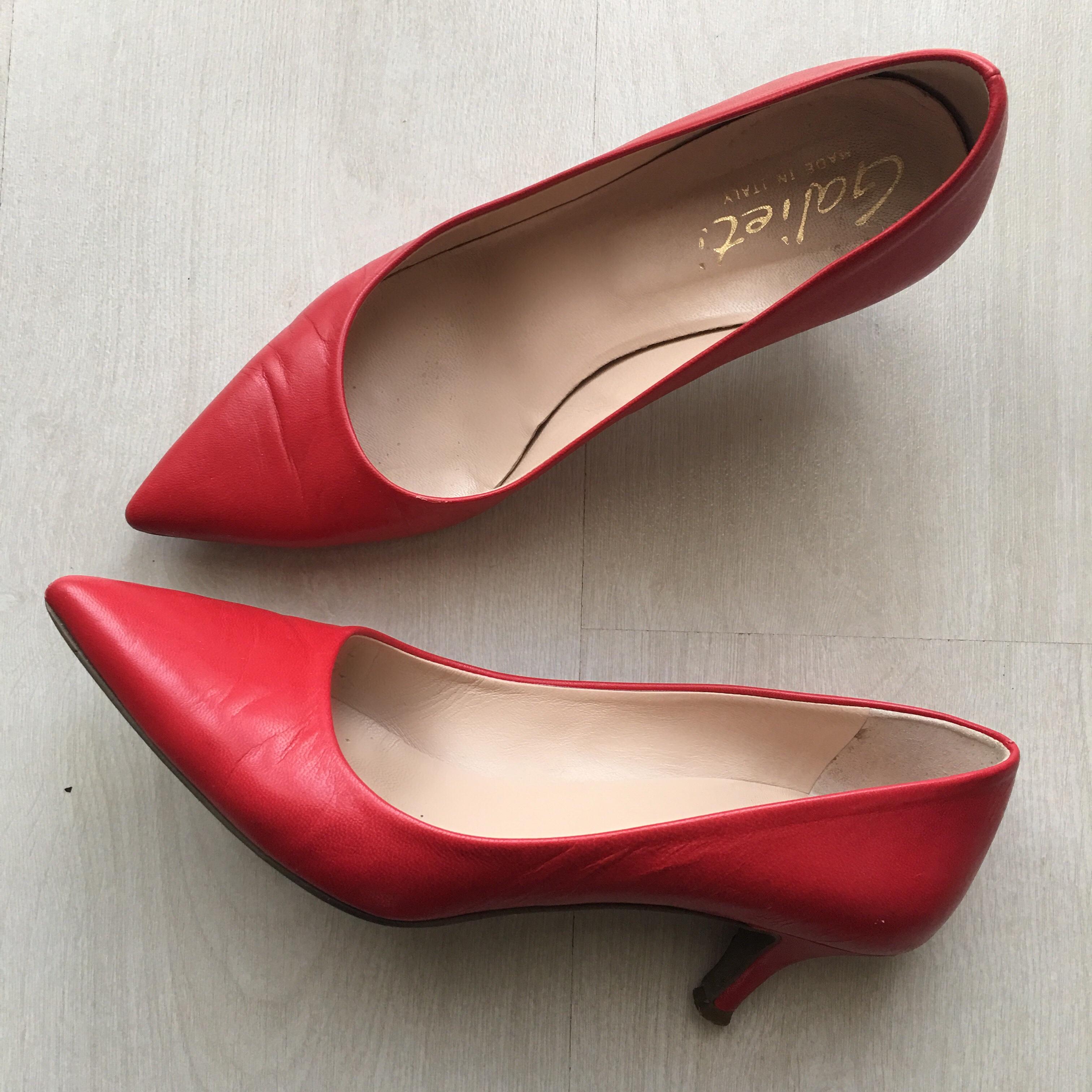 vestito nero con scarpe rosse e giacca rossa