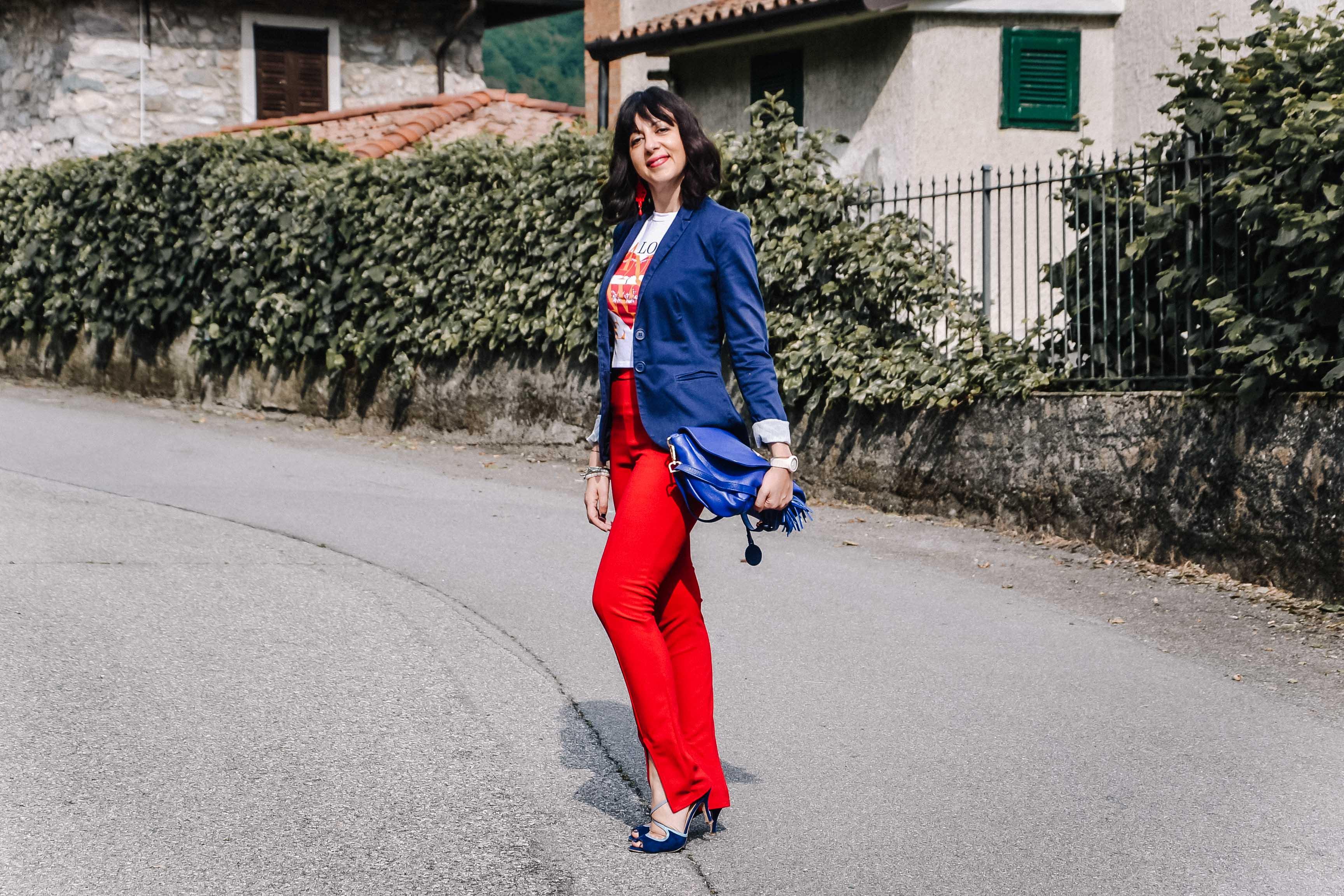 Un outfit con i colori bianco, rosso e blu