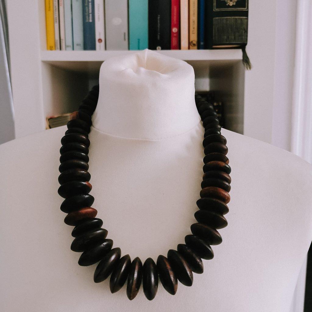 Bigiotteria: dove comprarla senza spendere troppo. Prova i mercatini, dove ho trovato questa collana iconica in legno. The Fashion Cherry Diary